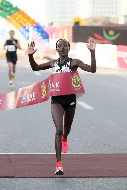 Mary Keitany w RAK Half Marathon w 2015 r. Tym razem na metę przybiegła druga.