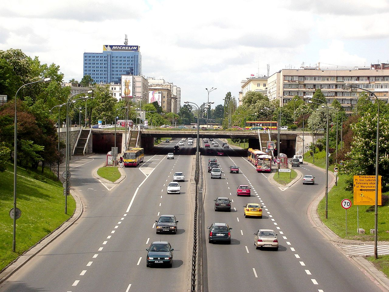 """""""Widok na tunel i Plac na Rozdrożu"""" autorstwa Aisog - Praca własna. Licencja CC BY 2.5 pl na podstawie Wikimedia Commons - http://commons.wikimedia.org/wiki/File:Widok_na_tunel_i_Plac_na_Rozdro%C5%BCu.JPG#/media/File:Widok_na_tunel_i_Plac_na_Rozdro%C5%BCu.JPG"""