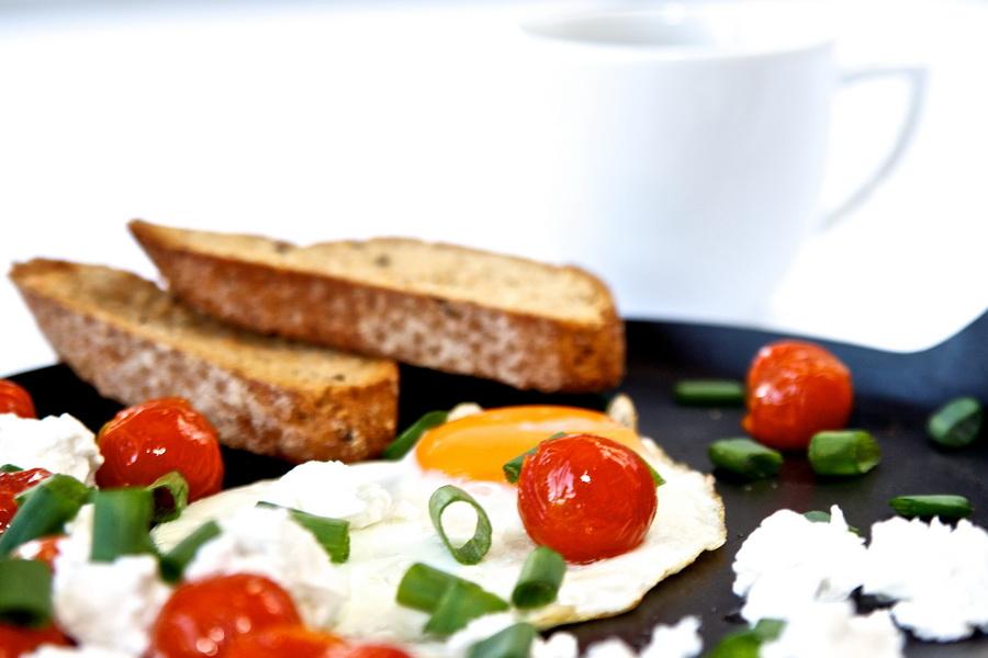 Sadzone jajko z pomidorkami