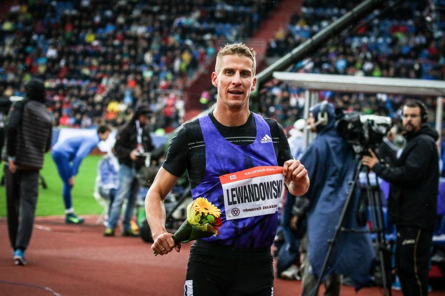 Marcin Lewandowski na mityngu w Ostrawie po zwycięstwie na 1000 m. Fot. Aleksandra Szmigiel-Wiśniewska
