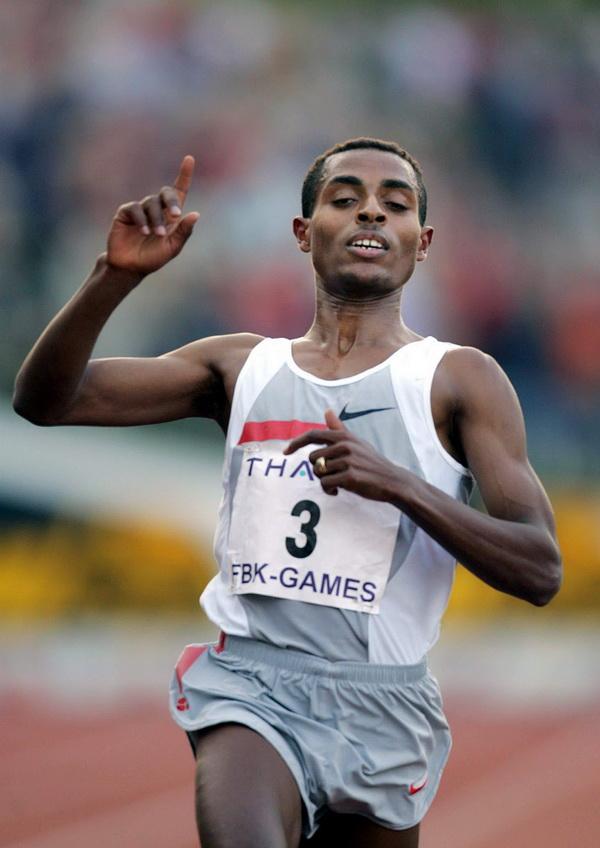 Ethiopian Kenenisa Bekele breaks the world record on the 5000 meters at the Fanny Blankers Koen games. Fot. PAP