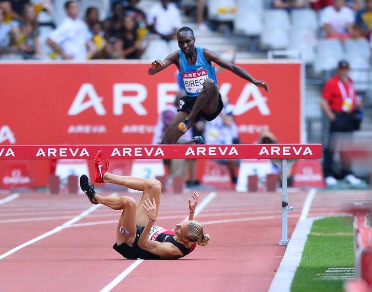 Evan Jager przerwaca się podczas biegu na 3000 m z przeszkodami. Fot. Getty Images