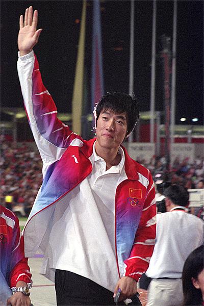 """Liu_xiang_2004 """"Liu xiang 2004"""". Licencja: CC BY-SA 2.5 na podstawie Wikimedia Commons - https://commons.wikimedia.org/wiki/File:Liu_xiang_2004.jpg#/media/File:Liu_xiang_2004.jpg"""