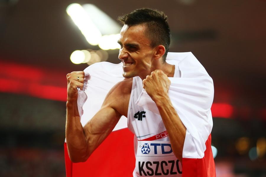 Adam Kszczot po zdobyciu srebrnego medalu mistrzostw świata w biegu na 800 m w Pekinie. Fot. PAP