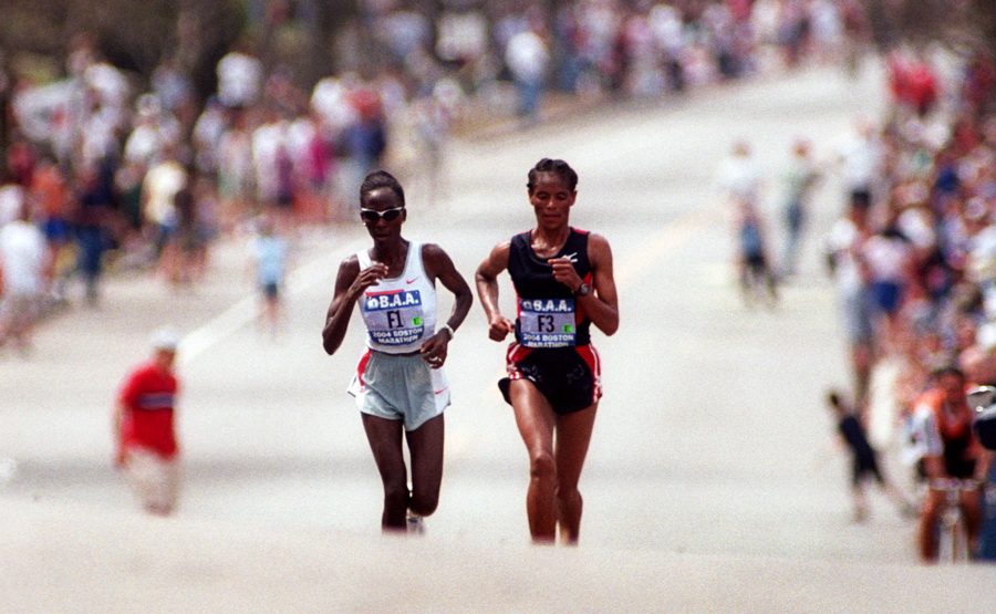 Catherine Ndereba na podbiegu Heartbreak Hill, Boston Marathon 2004. Fot. Getty Images