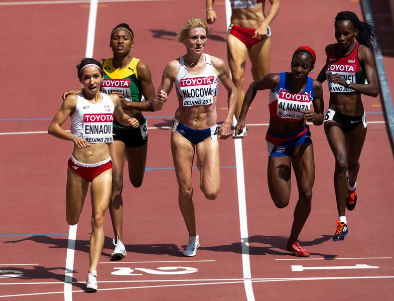 Sofia Ennaoui w biegu eliminacyjnym na 800 metrów podczas mistrzostw świata w lekkoatletyce w Pekinie. Fot. Tomasz Więcławski