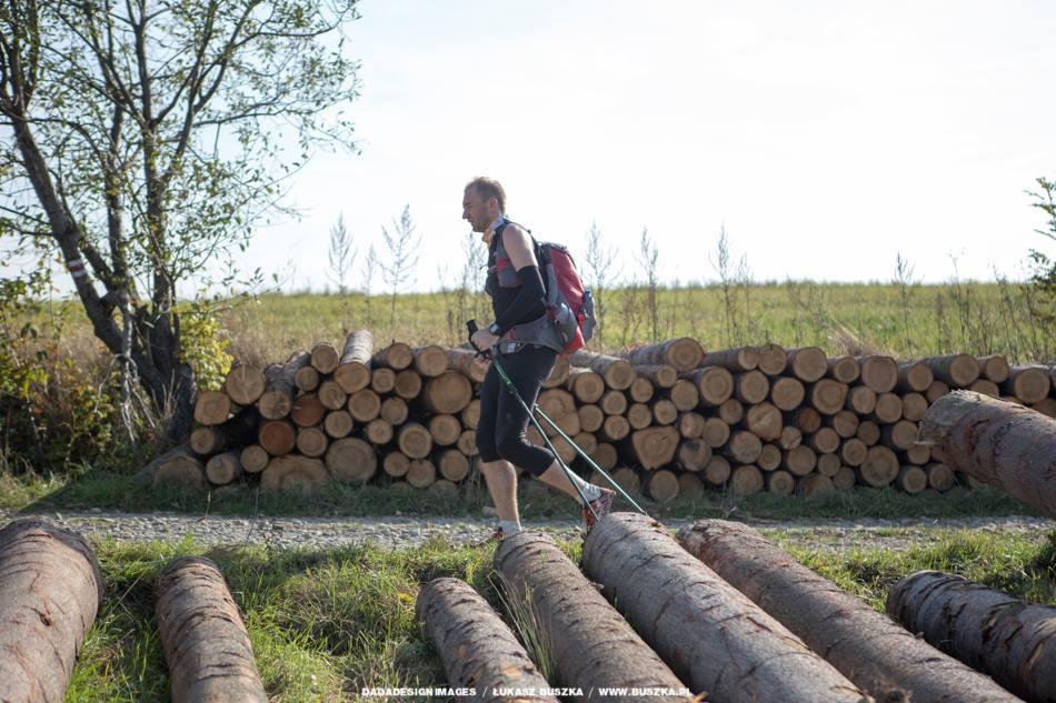 Rafał Bielawa z drewnem w tle Fot Łukasz Buszka
