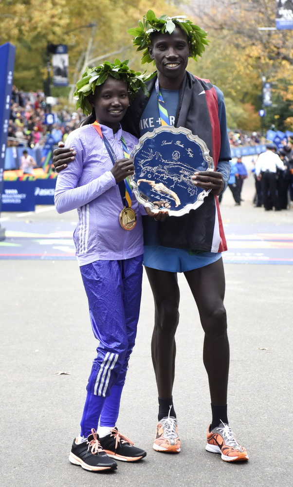 epa05006454 Mary Keitany (L), of Kenya, and Stanley Biwott (R), of Kenya, pose at the finish line after they both finished in first place in the 2015 New York City Marathon in New York, New York, USA, 01 November 2015. EPA/JUSTIN LANE Dostawca: PAP/EPA.