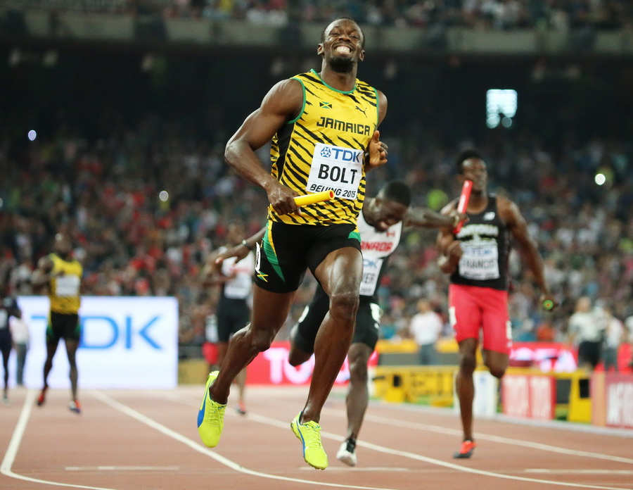 epa04903630 Jamaica's Usain Bolt brings home gold in the 4x100m men relay during the Beijing 2015 IAAF World Championships at the National Stadium, also known as Bird's Nest, in Beijing, China, 29 August 2015.  EPA/SRDJAN SUKI  Dostawca: PAP/EPA.