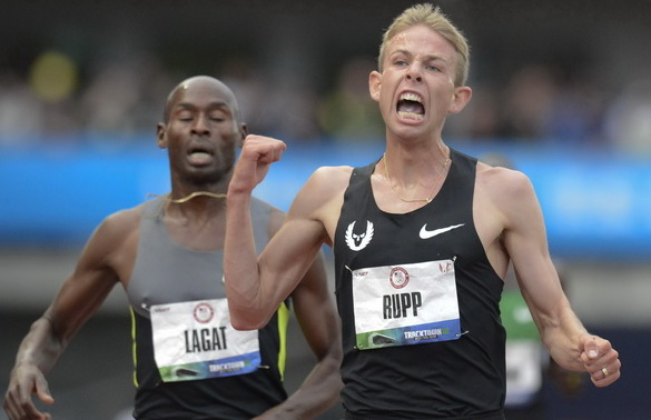 epa03287316 Galen Rupp (R) reacts after crossing the finish ahead of Bernard Lagat (L) to win the men's 5000 meter final at the 2012 Olympic trials in Eugene, Oregon, USA, 28 June 2012. EPA/LARRY W. SMITH Dostawca: PAP/EPA.