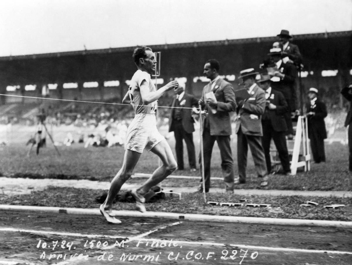 (GERMANY OUT) 1500m-Lauf, Finale:Zieleinlauf: Paavo Nurmi (SF) geht alsErster nach 3:53,6 min durch das Ziel undwird Olympiasieger. Im Hintergrund stehendie Kampfrichter. (Photo by ullstein bild/ullstein bild via Getty Images)