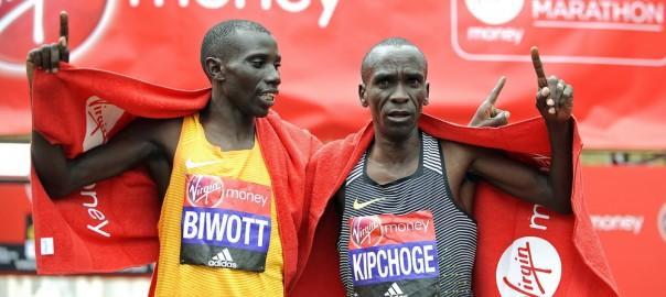 Eliud Kipchoge i Stanley Biwott świętują na mecie Maratonu Londyńskiego 2016. Fot. PAP