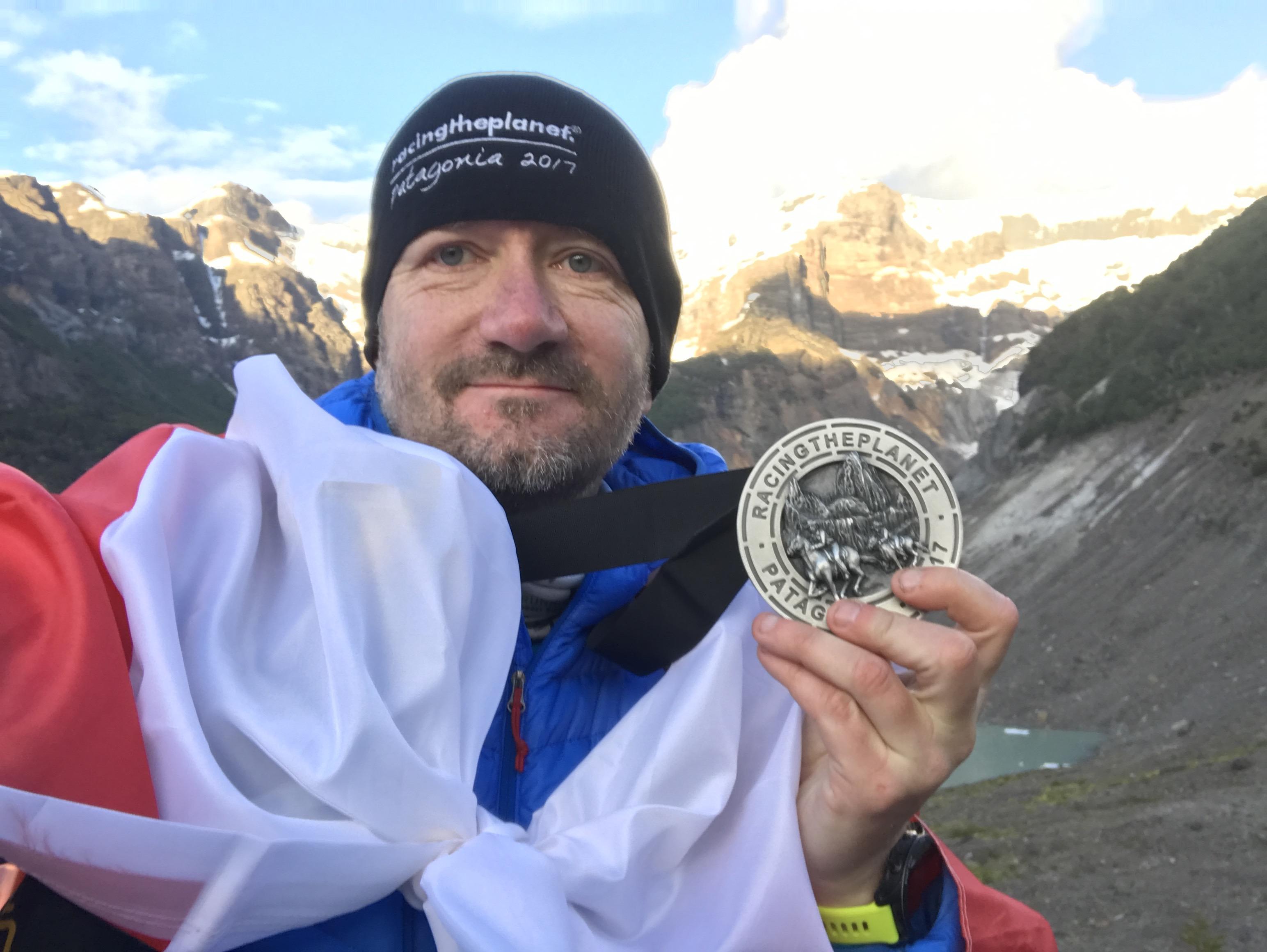 Marek Rybiec na mecie ultramaratonu w Patagonii.