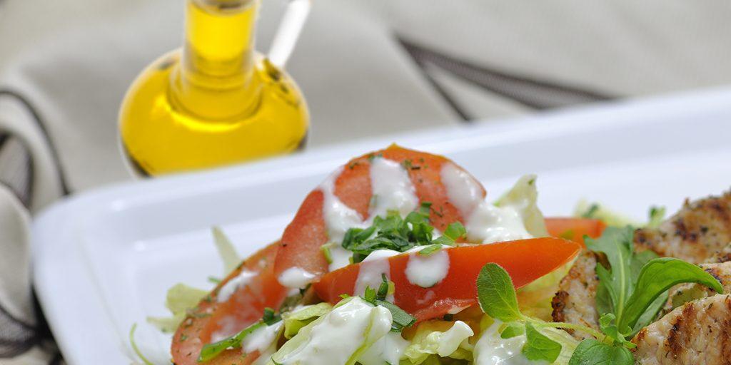 Szybka sałatka z indykiem, jajkiem i olejem rzepakowym